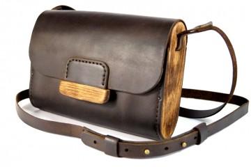IRENE. Небольшая кожаная сумочка с боковинами и застежкой из дерева